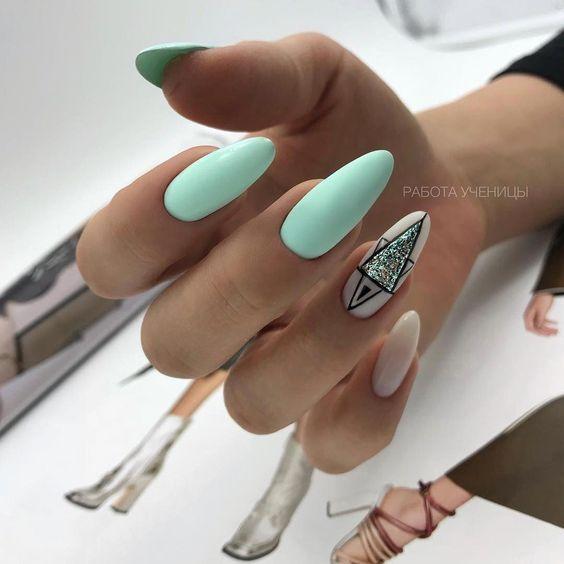 Miętowe paznokcie z geometrycznymi wzorami