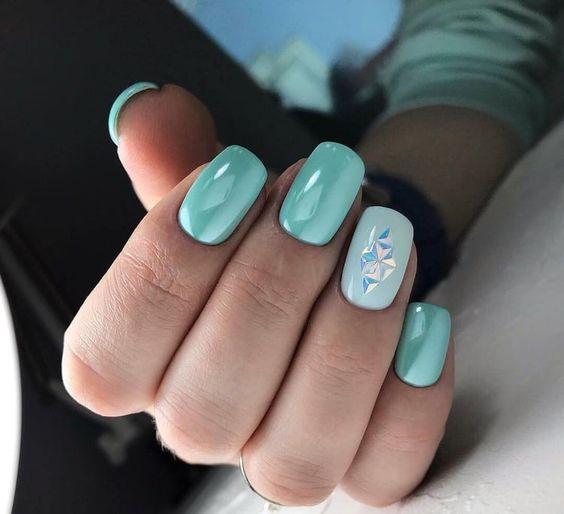 Miętowy manicure z cyrkoniami
