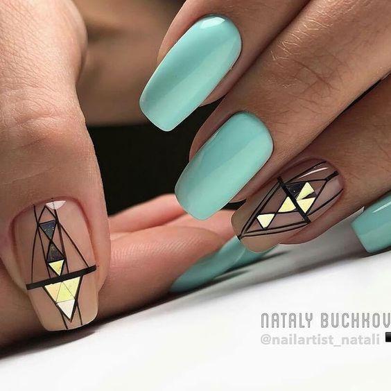 Miętowy manicure z geometrycznymi wzorami