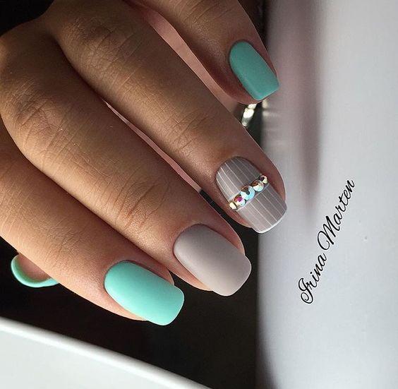Szaro miętowe paznokcie