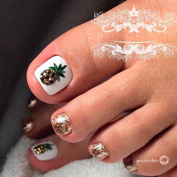 Białe paznokcie u stóp na lato