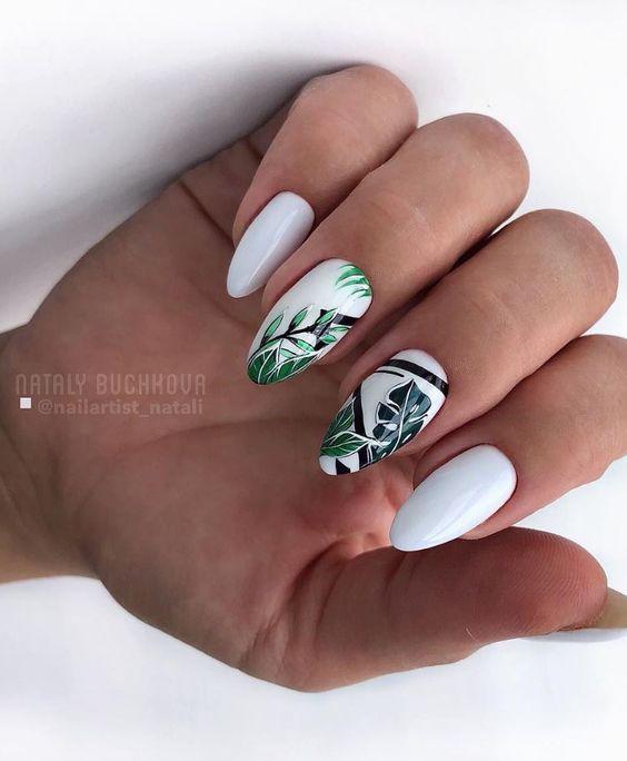 Białe paznokcie z palmami na wakacje