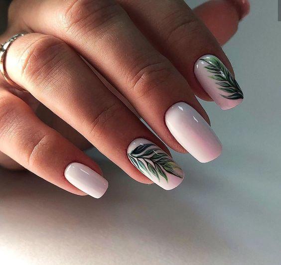 Jasne paznokcie z palmami na wakacje