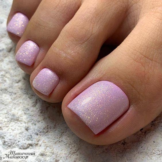 Jasnoróżowe paznokcie u stóp na lato