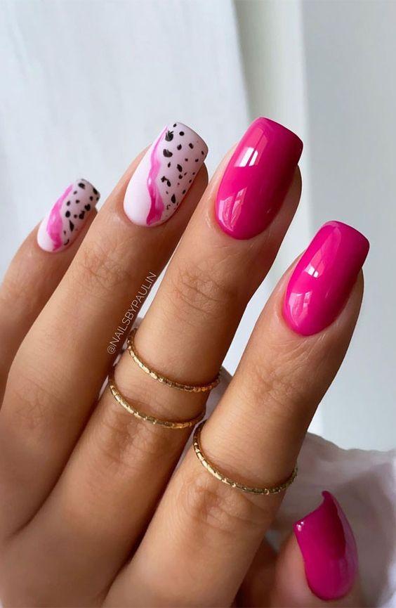 Malinowy manicure z wzorkami na lato