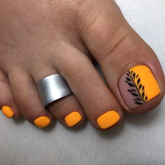 Matowe pomarańczowe paznokcie u stóp na lato