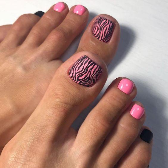 Różowe paznokcie u stóp z wzorkami na lato