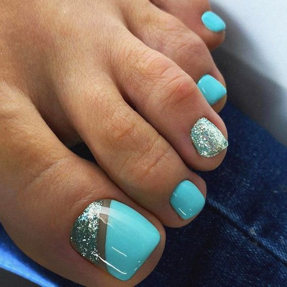 Turkusowe paznokcie u stóp na lato
