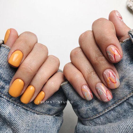 Naturalny manicure z pomarańczowymi wzorkami