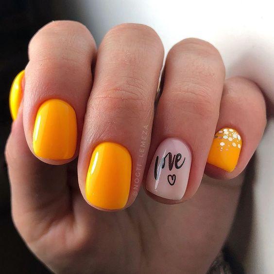 Pomarańczowy manicure z brokatem