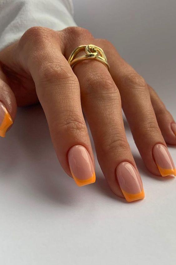 Paznokcie z pomarańczowym frenchem
