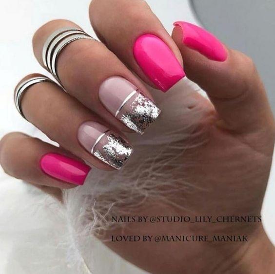 Różowe paznokcie z brokatem
