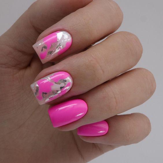 Różowe paznokcie z folią transferową