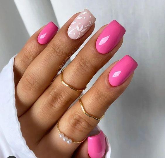 Różowe paznokcie z kwiatami