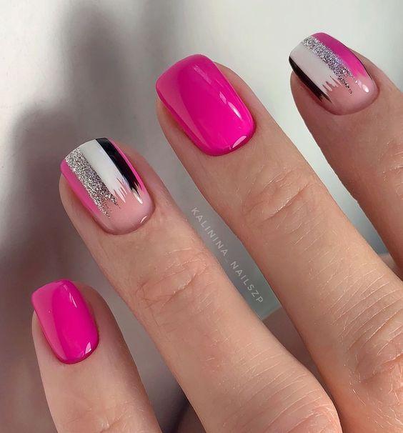 Różowe paznokcie z wzorkami i brokatem