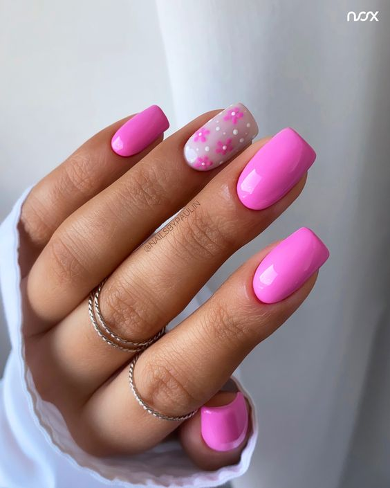 Różowe paznokcie z wzorkami kwiatów