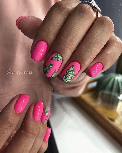 Różowe paznokcie z wzorkami palm