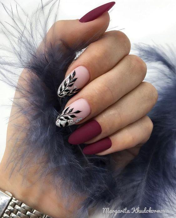 Bordowe paznokcie ze zdobieniami na jesień