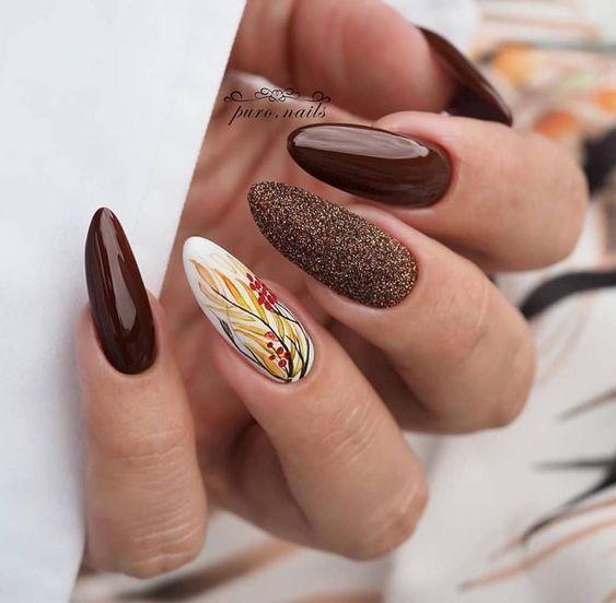 Brązowe paznokcie ze zdobieniami na jesień