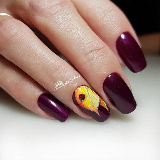 Ciemne paznokcie ze zdobieniami na jesień