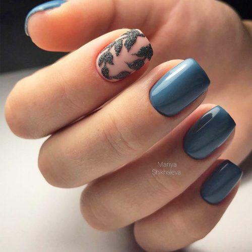 Niebieskie paznokcie z wzorkami na jesień
