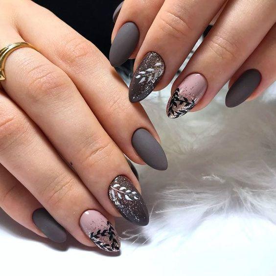 Szare paznokcie z wzorkami na jesień
