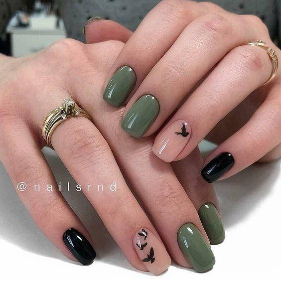 Zielone paznokcie ze zdobieniami na jesień